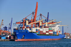 Containerschiff an Istanbul-Hafen Stockfoto