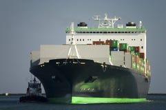 Containerschiff kommt an Lizenzfreie Stockfotos