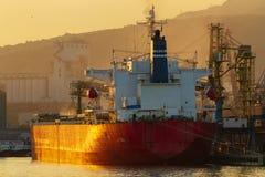 Containerschiff lädt in einem Hafen stockbild