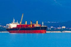 Containerschiff, Licht glättend lizenzfreies stockbild