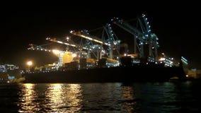 Containerschiff Maersk-Lotadownloading nachts in Algesiras stock footage