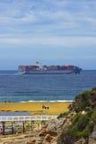 Containerschiff mit den Leuten nahe gelegen in Victoria, Australien Stockfotos