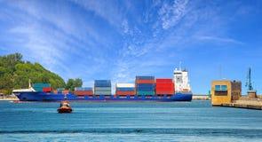 Containerschiff mit Versuchsboot Stockbilder