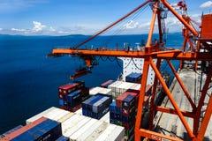 Containerschiff in Panabo, Hafen von Davao, Philippinen Stockfotos