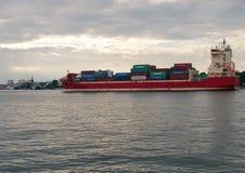 Containerschiff in Swinoujscie Stockbild