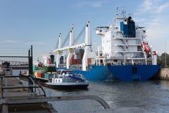 Containerschiff und barge herein Antwerpen Lizenzfreies Stockfoto