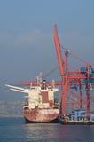 Containerschiff und Kräne Stockfotos