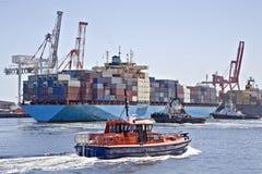 Containerschiff und Pilotscherblock Stockfotos