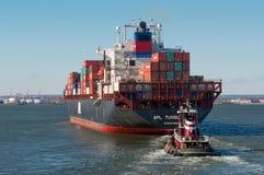 Containerschiff und Schlepper Stockfotografie
