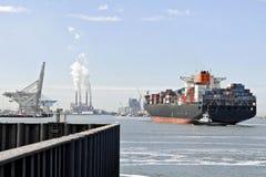 Containerschiff und Versuchsboot lizenzfreie stockfotos