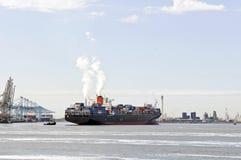 Containerschiff und Versuchsboot Lizenzfreie Stockfotografie