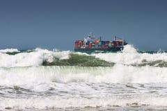 Containerschiff und Wellen Stockfotografie