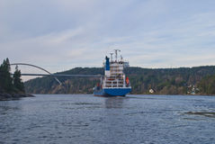Containerschiff unter svinesund Brücke, Bild 16 Lizenzfreie Stockfotografie
