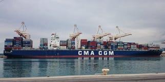 Containerschiff verankert im Hafen Stockfotos