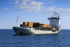 Containerschiff: Vorwärtsansicht Stockfotos