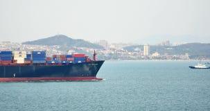 Containerschiffe der Fracht-4k durch das Qingdao Harbo, moder städtisches Gebäude, Porzellan stock video