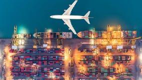 Containerschiffe und Transportflugzeuge im Export und im Import Lizenzfreies Stockbild