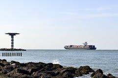 Containerschifferlöschen des Hafens Stockbild