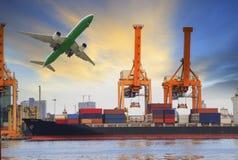 Containerschiffladen auf Hafen und Transportflugzeug, das oben für Wasser- und Lufttransportindustrie fliegt Stockfotos