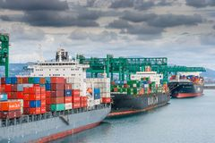 Containerschifflandung im Hafen von Genua Lizenzfreies Stockbild