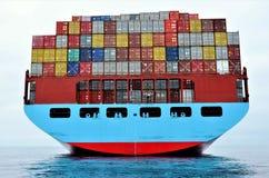 Containerschip bij anker, die haven wachten in te gaan royalty-vrije stock afbeeldingen