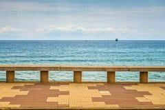 Containerschip bij anker op de horizon Stock Afbeelding