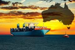 Containerschip bij zonsondergang op overzees Stock Foto's