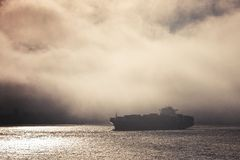 Containerschip binnen mist royalty-vrije stock foto's