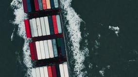Containerschip in de uitvoer en de invoer Internationale verschepende lading stock video