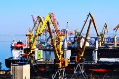 Containerschip in de uitvoer en de invoerzaken en logistiek stock afbeelding