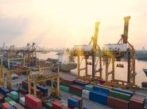 Containerschip in de uitvoer en de invoerzaken en logistiek Schip stock foto