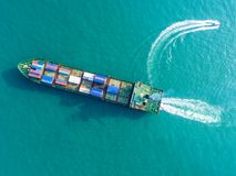 Containerschip in de uitvoer en de invoerzaken en logistiek Schip royalty-vrije stock foto