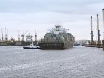 Containerschip die de Haven van Walvis-Baai, Namibië bereiken Royalty-vrije Stock Foto