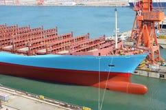 Containerschip die droogdok verlaten royalty-vrije stock foto