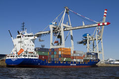Containerschip die in Hamburg worden geladen. Stock Fotografie