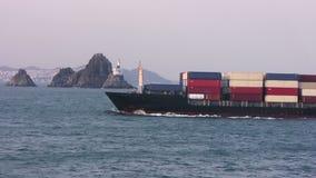 Containerschip die in haven gaan