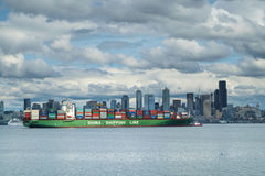 Containerschip die in Seattle, Washington, de V.S. aankomen stock afbeelding