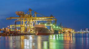 Containerschip die van portin weggaan royalty-vrije stock foto