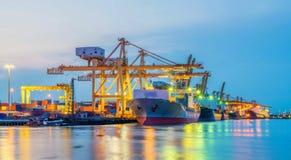 Containerschip die van portin weggaan stock foto's