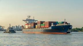 Containerschip die van portin weggaan stock afbeelding