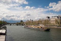 Containerschip in een rivier Stock Foto