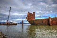 Containerschip en kraanschip in Fraser-rivier stock afbeelding