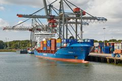 Containerschip in haven royalty-vrije stock fotografie