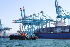 Containerschip Maersk die Denver met containerskranen werken Stock Foto