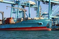 Containerschip Maersk die Northampton met containerskranen werken Stock Foto's