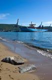 Containerschip Marstal Maersk bij de pijlerterminal De Baai van Nakhodka Van het oosten (Japan) het Overzees 30 05 2014 Stock Afbeelding