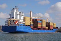Containerschip met kraan Stock Afbeeldingen