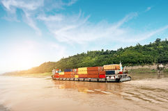 Containerschip op de Yangtze-Rivier royalty-vrije stock afbeelding