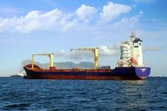 Containership ДО РОЖДЕСТВА ХРИСТОВА Гамбург поставленный на якорь из залива Algeciras в Испании Стоковая Фотография RF