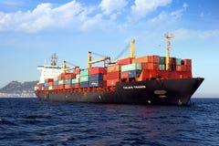 Containership Calais handlowiec zakotwiczał w Algeciras zatoce w Hiszpania obrazy stock
